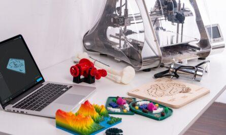 Notebook a 3D tiskárna připravená pro 3D tisk.