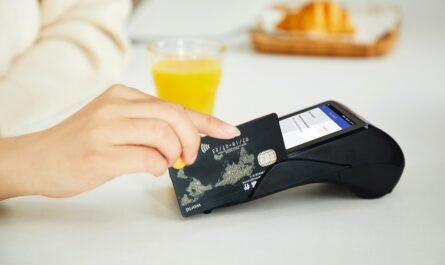 Kreditní karta, kterou je placeno na platební terminálu.