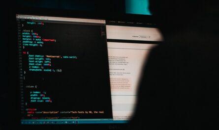 Displej s počítačovým kódem, na kterém je páchána kyberkriminalita.