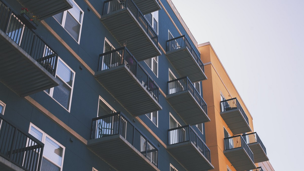 Nákup bytu v modrém obytném komplexu.