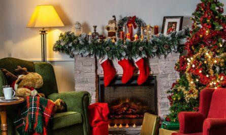 Vánoční dárky , které jsou připravené k rodávání.