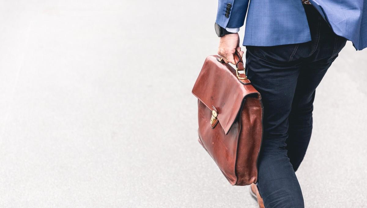 Muž s taškou, na kterého dopadla ztráta zaměstnání.