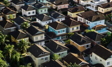 Nákup rodinného domu v husté zástavbě nemovitostí.