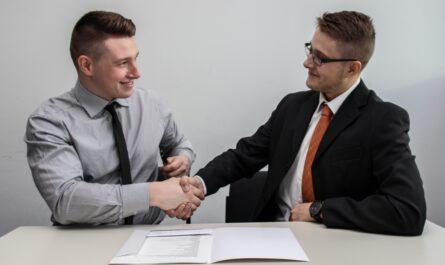 Zaměstnavatel si plácl se zaměstnancem u podpisu pracovní smlouvy.